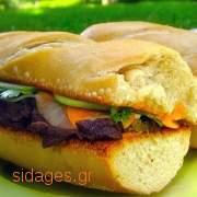Σάντουιτς με ψητό χοιρινό και κολοκυθάκια τουρσί