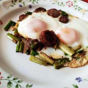 Αυγά μάτια με λουκάνικο και σπαράγγια