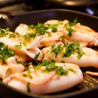 Καλαμαράκια κρασάτα - συνταγές μαγειρικής - νηστισιμά - Θαλασσινά