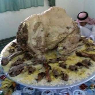 Καμήλα γεμισμένη με αρνιά γεμισμένα με κοτόπουλα γεμισμένα με ψάρια