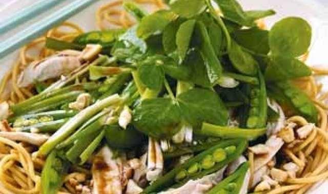 Σαλάτα με noodles, κοτόπουλο και αρακά - www.sidages.gr