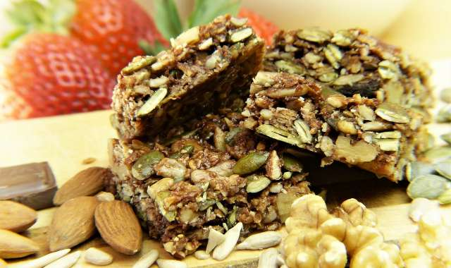 Mπάρα δημητριακών με αποξηραμένα φρούτα και λευκή σοκολάτα